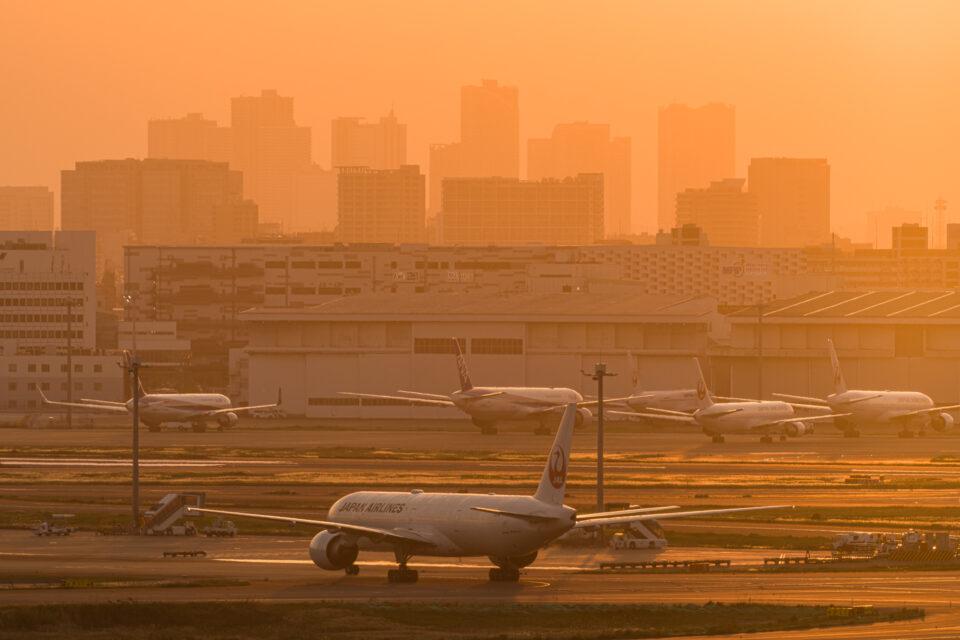 夕陽に霞む羽田空港