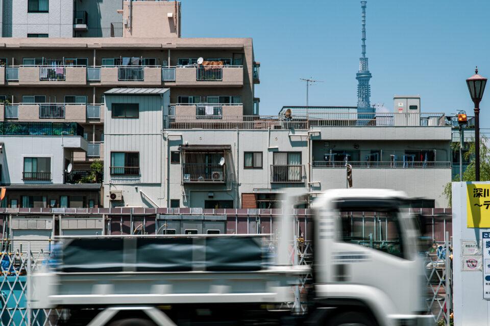 葛西橋通りを走るトラックと東京スカイツリー