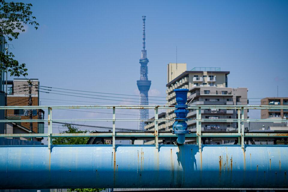 青い水道管と東京スカイツリー