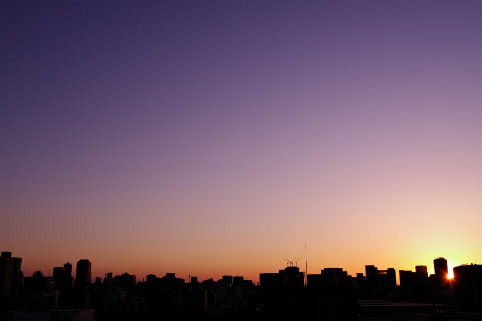 夕暮れの紫色の空