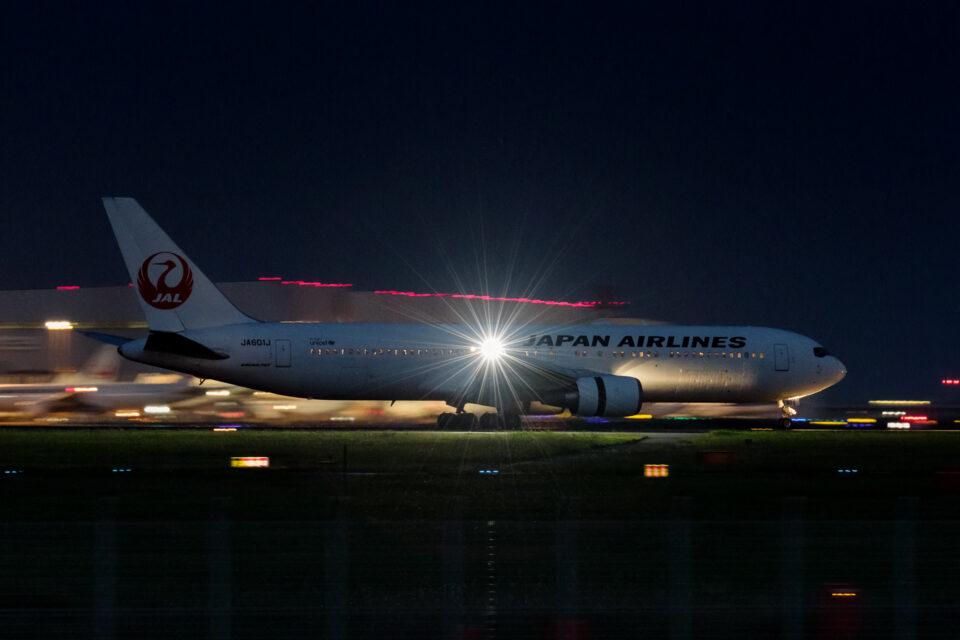 翼端のライトが輝くJAL B767-300ER