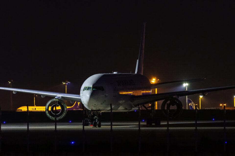 エンジンを外されたJAL B-777-200