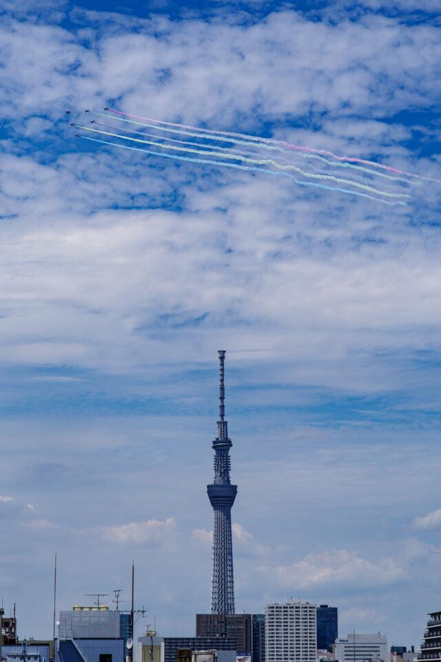 東京スカイツリーとブルーインパルス