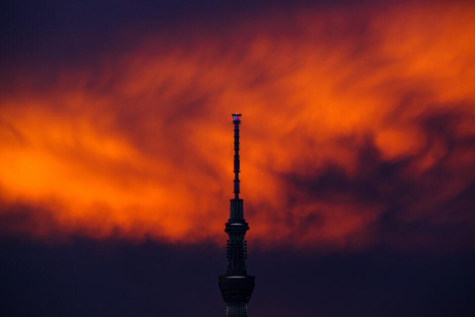 真っ赤な雲と東京スカイツリーのゲイン塔