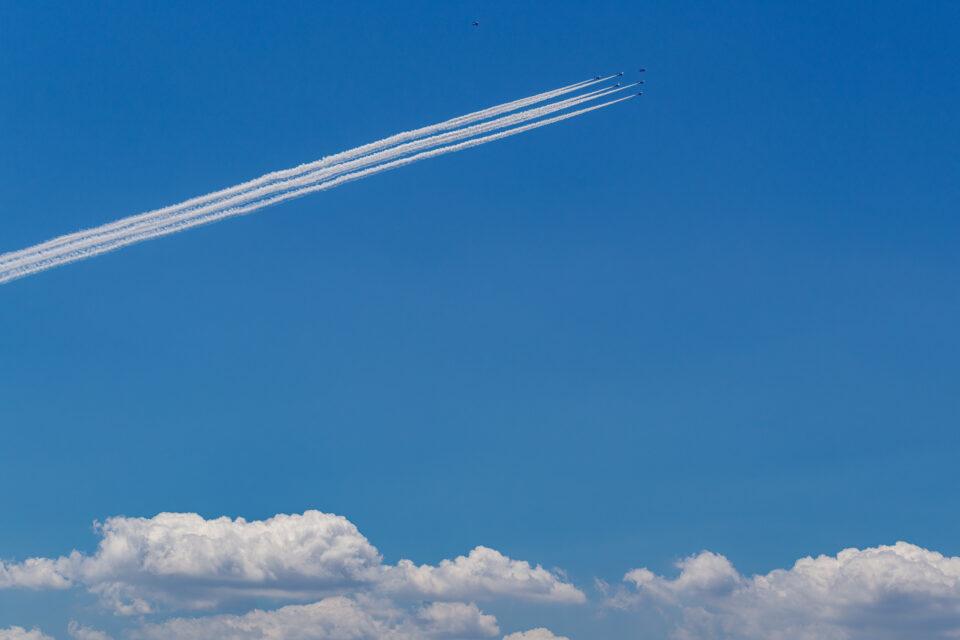 雲の上をゆくブルーインパルス