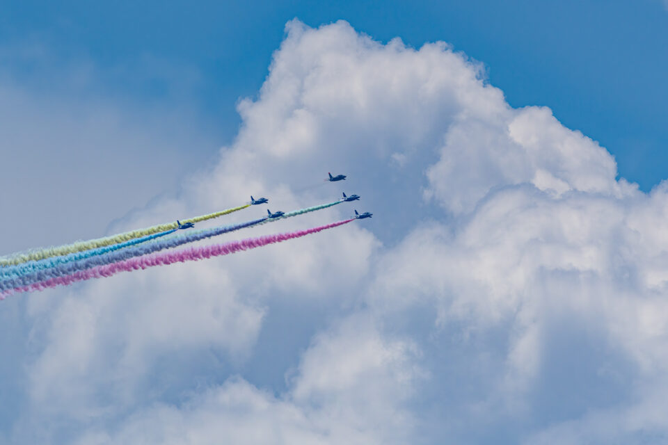 ブルーインパルス カラースモークと積乱雲