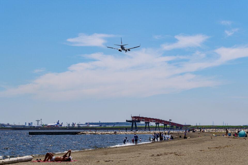 城南島海浜公園のビーチと飛行機