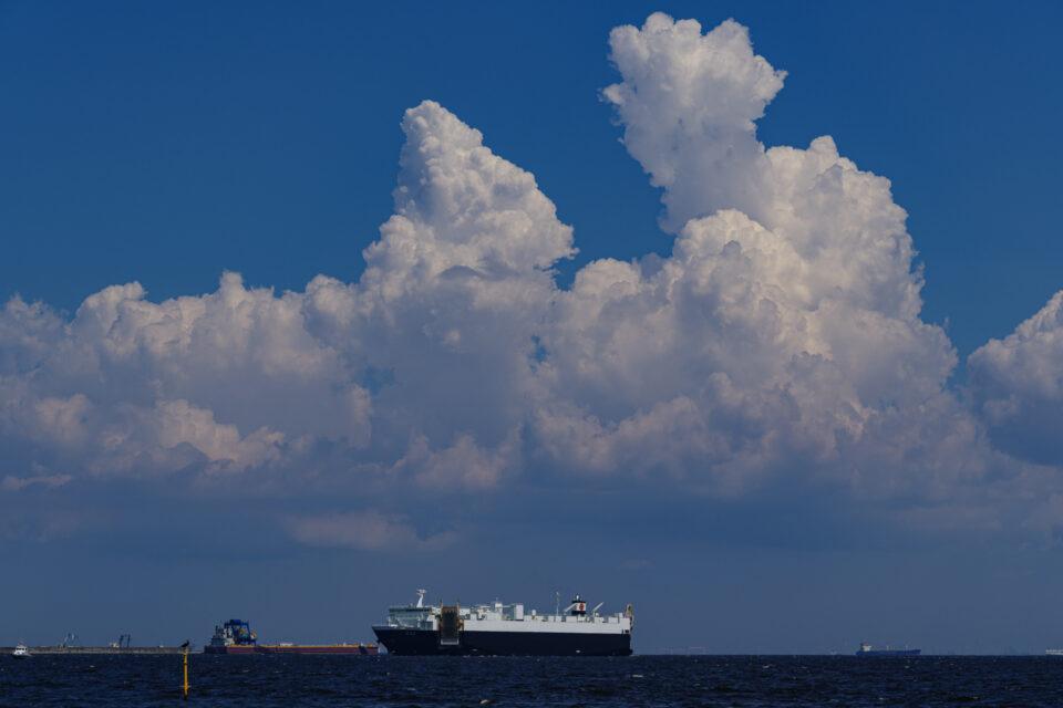 東京湾をゆく船と入道雲