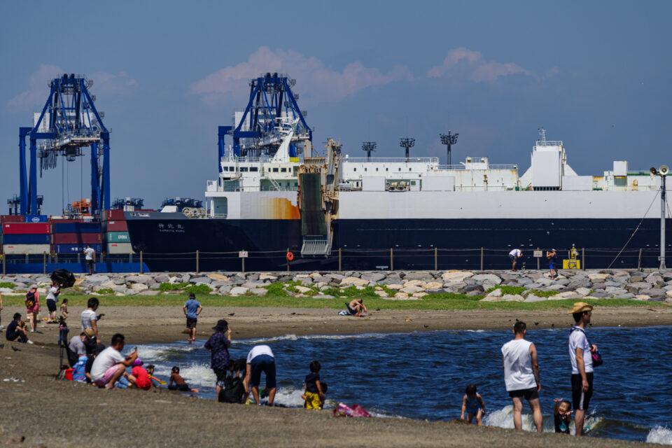 城南島海浜公園のビーチと貨物船
