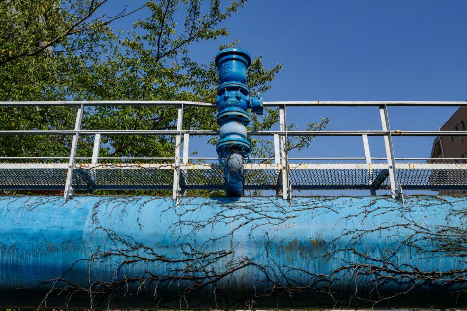 橋の名残の水道管