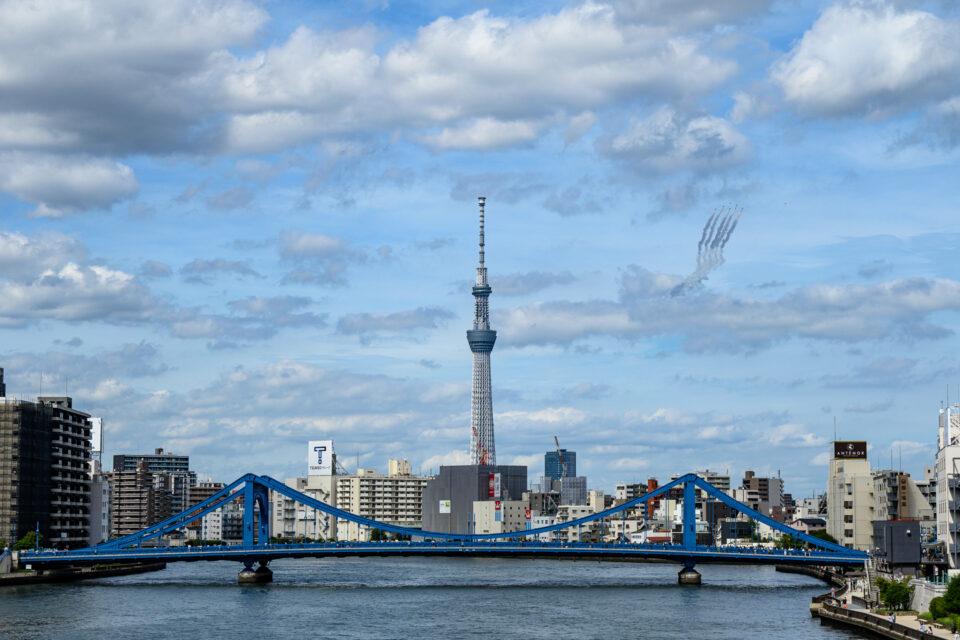 ブルーインパルスと東京スカイツリーと清洲橋