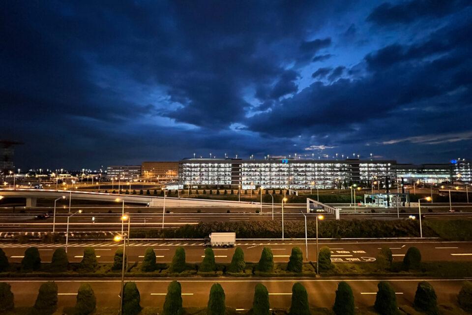 羽田空港の駐車場(iPhone 13 Pro Maxで撮影)