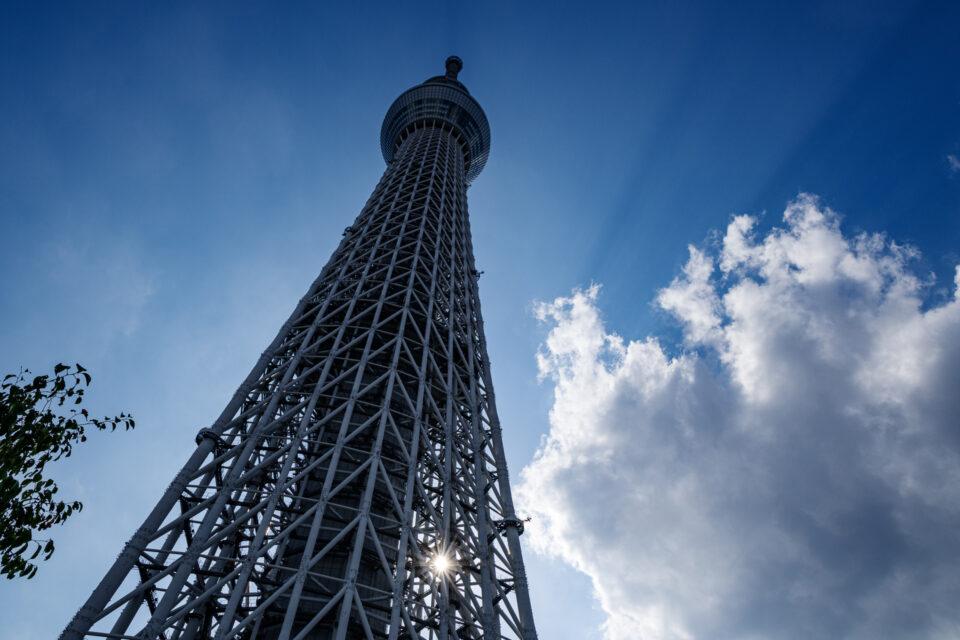 雲と東京スカイツリーろ空の影