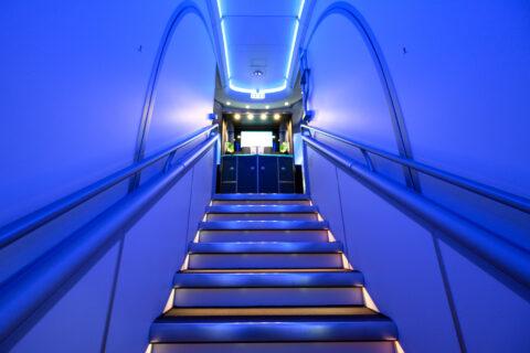 機内の2階への階段