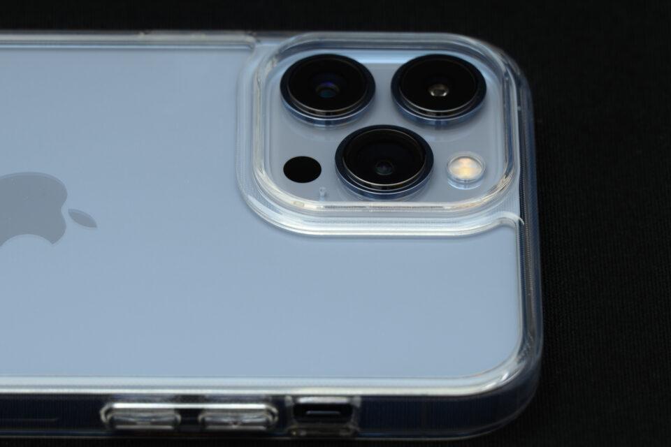 ケースに入れたiPhone 13 Pro Maxのカメラまわり